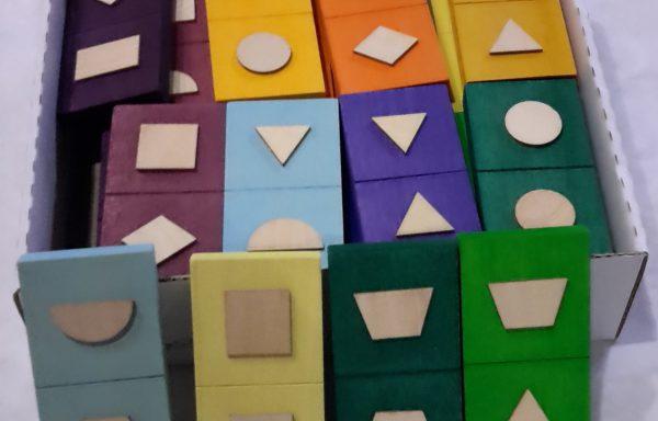 Éveil sensoriel avec les dominos tactiles des formes